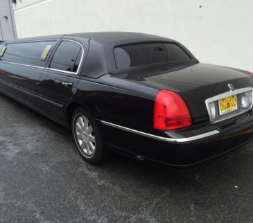 picture of a black lincoln stretch limo 10 passenger